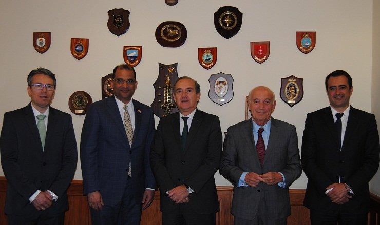 En el centro, el embajador de República Dominicana en España, junto al presidente del Puerto de A Coruña, y el presidente de la CEC.